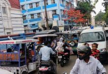 The gateway to the Burdwan Medical College Hospital closed in traffic jam | newsfront.co