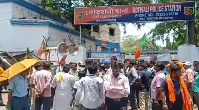 Bjp surrounded to the police station
