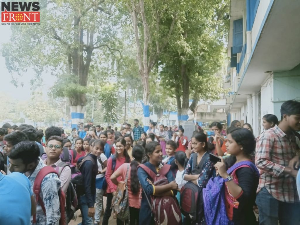 protest at Kharagpur College for demanding withdrawal of increased fees